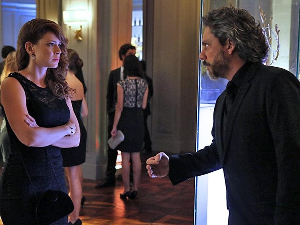 José Alfredo (Alexandre Nero) e Cristina (Leandra Leal) discutem na festa da Império — Foto: Fábio Rocha/Globo