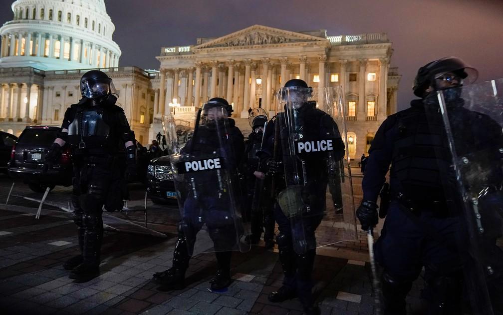Forças de segurança fazem varredura e retiram apoiadores de Trump após invasão ao Capitólio — Foto: Jacquelyn Martin/AP