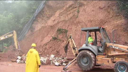 Quedas de barreiras interditam rodovia dos Tamoios no litoral de SP