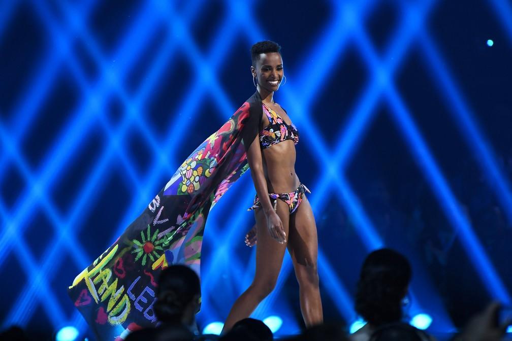 A sul-africana Zozibini Tunzi foi coroada Miss Universo neste domingo (8). — Foto: Paras Griffin / GETTY IMAGES NORTH AMERICA / AFP
