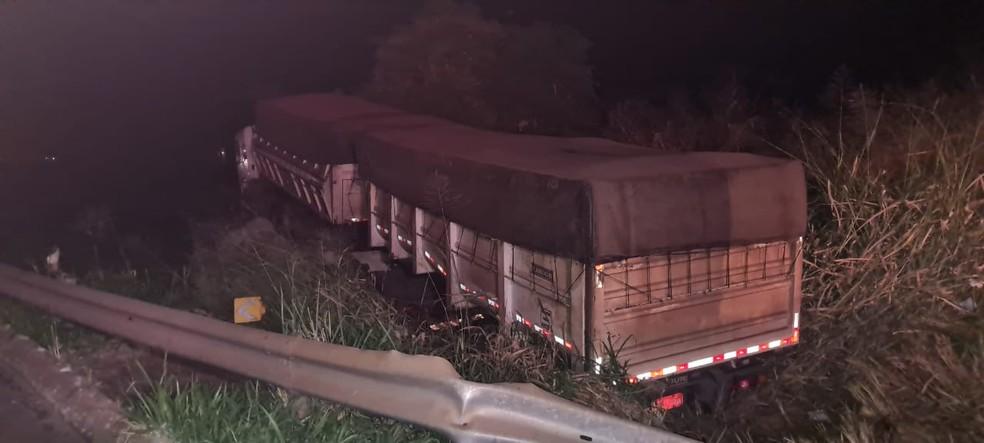 Motorista de 25 anos bateu na lateral da carreta em Tupã  — Foto: João Trentini / Arquivo pessoal
