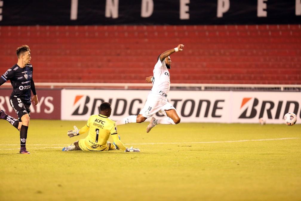 Luiz Adriano sofre pênalti em Independiente del Valle x Palmeiras — Foto: Staff Images/Conmebol
