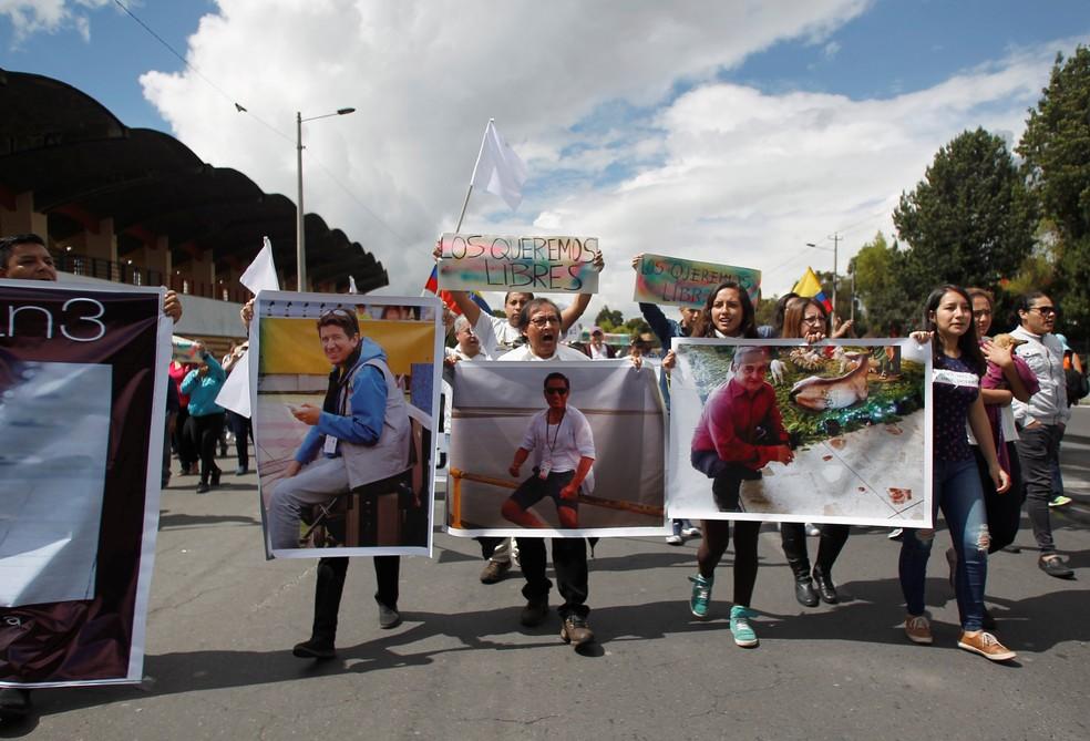 Manifestantes em Quito pedem em Quito, em 1º de abril, a libertação dos jornalistas do 'El Comercio' sequestrados (Foto: Reuters/Daniel Tapia)
