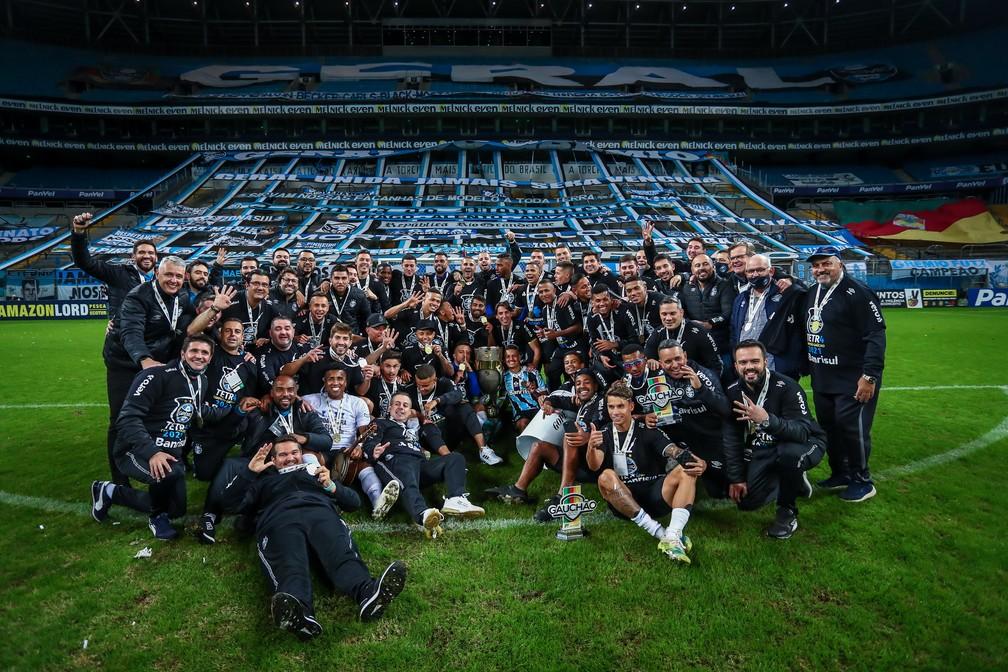 Grupo do Grêmio campeão gaúcho de 2021 — Foto: Lucas Uebel/Grêmio