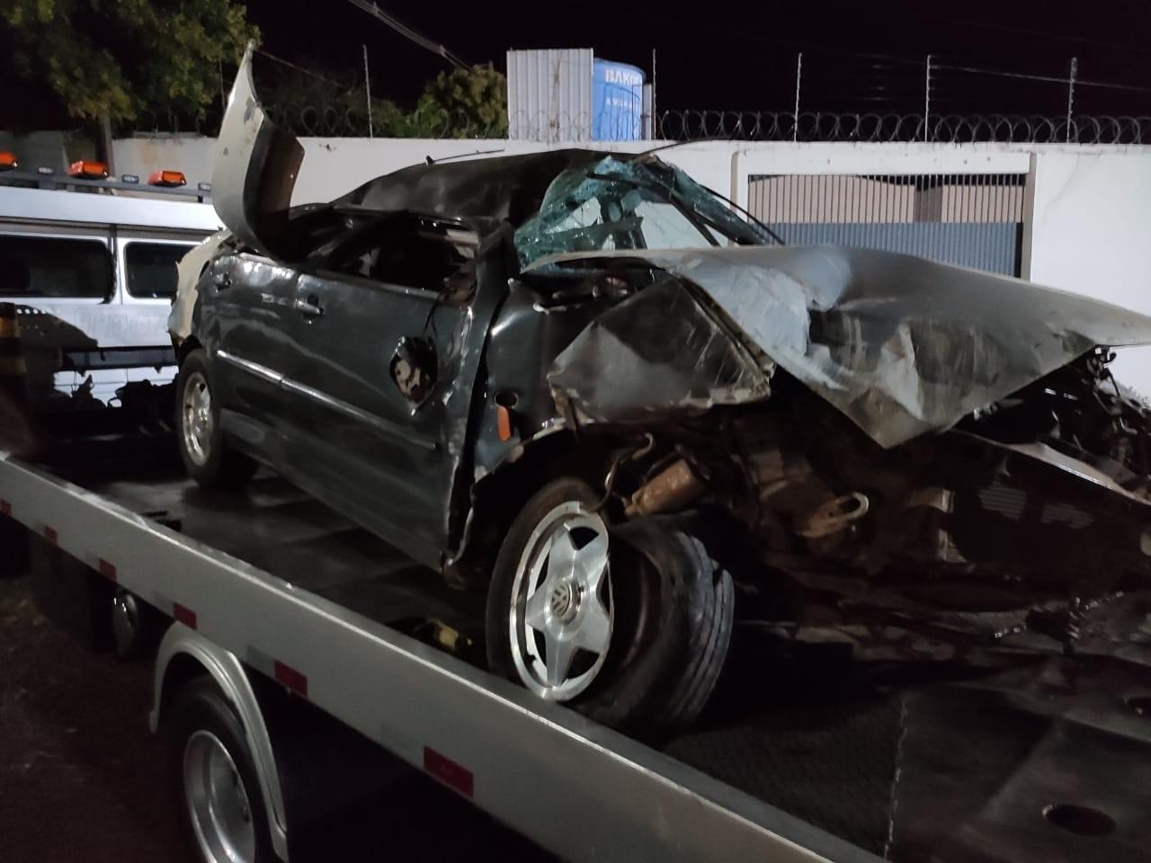Homem é socorrido em estado grave após capotar carro em Jataizinho