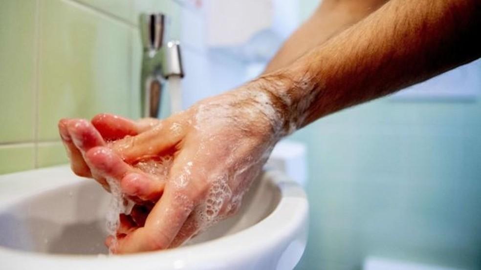 Lavar bem as mãos é a maneira mais eficaz de evitar o contágio  — Foto: Getty Images via BBC