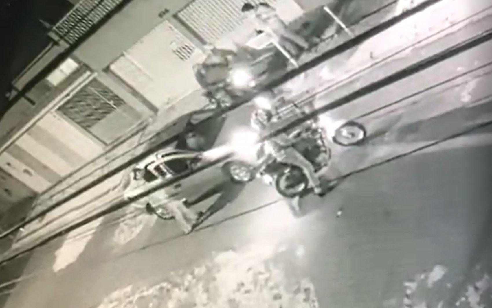 Motorista de aplicativo é alvo de assaltantes armados em motos e câmera flagra; VÍDEO