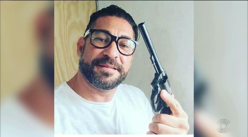 Gustavo Teixeira, suspeito de matar taxista em briga de trânsito, exibia armas de fogo em fotos divulgadas pela TV Cabo Branco — Foto: TV Cabo Branco/Reprodução