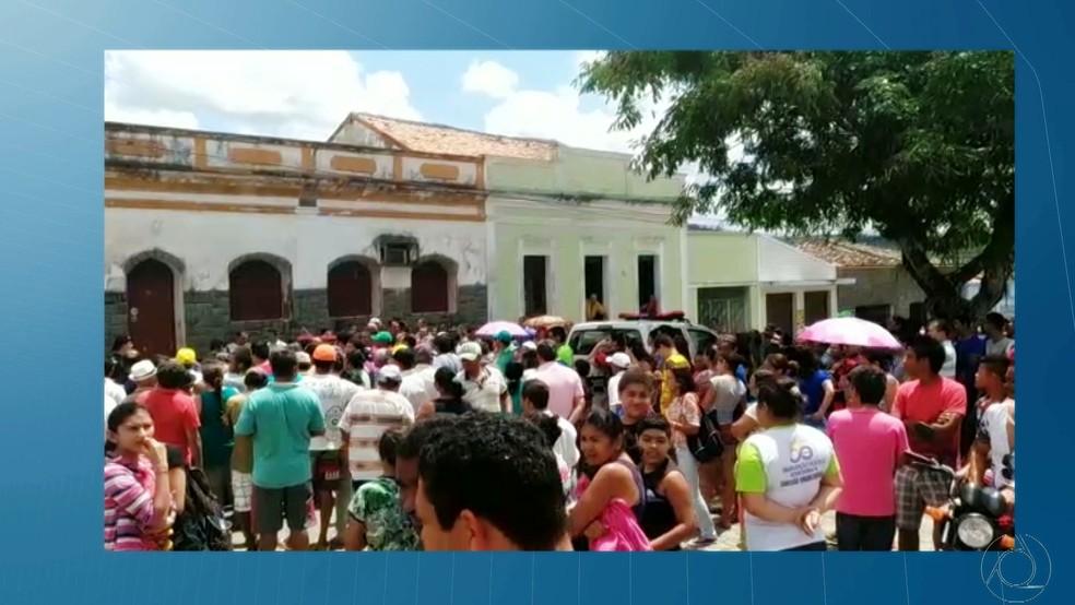 Perícia na casa onde o padre Pedro Gomes Bezerra foi encontrado morto, em Borborema, na Paraíba (Foto: Reprodução/TV Cabo Branco)