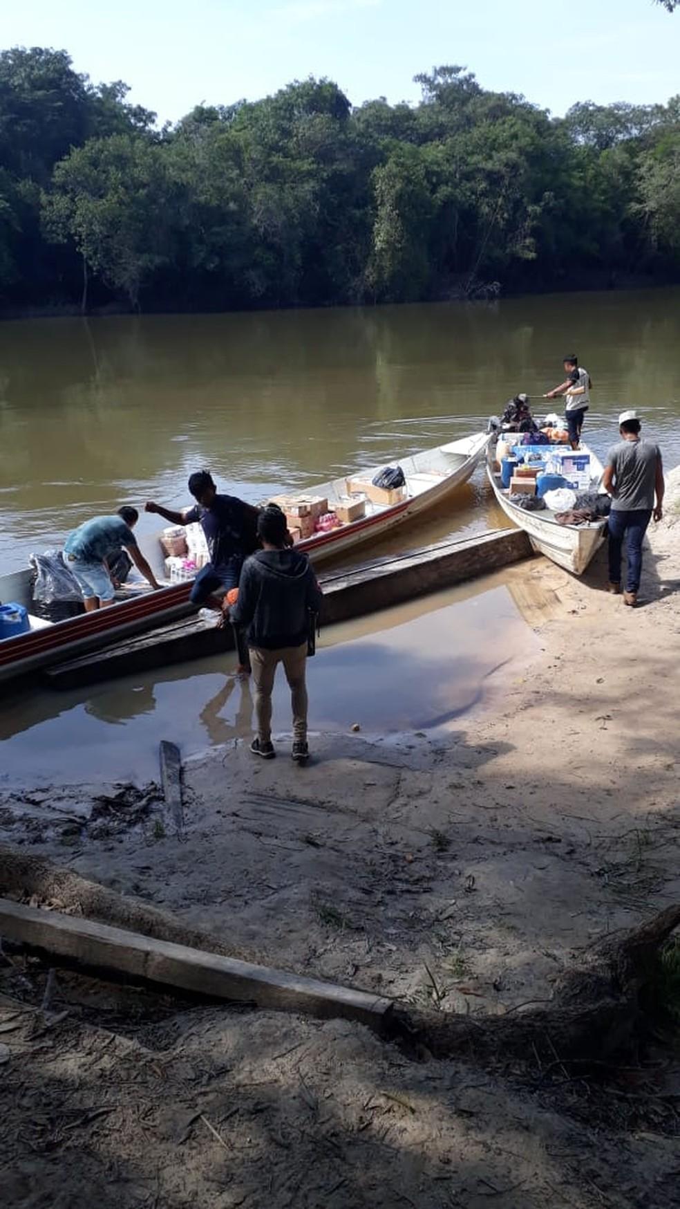 Em barcos, indígenas buscam urnas e materiais de votação para aldeias em Mato Grosso — Foto: TRE/MT