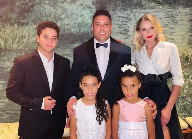 Ronaldo com a noiva Celina Locks e os filhos: Alex, Maria Sofia e Maria Alice (Foto: Reprodução)