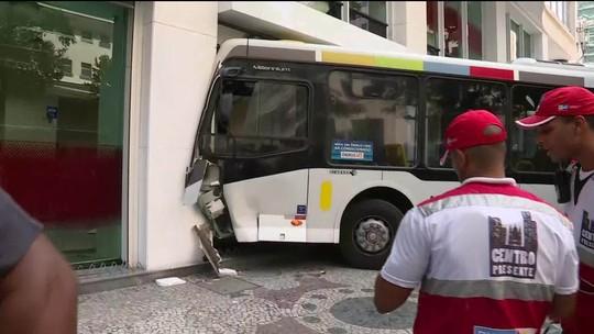 Ônibus sobe calçada e invade banco  na Av. Presidente Vargas; acidente deixa feridos
