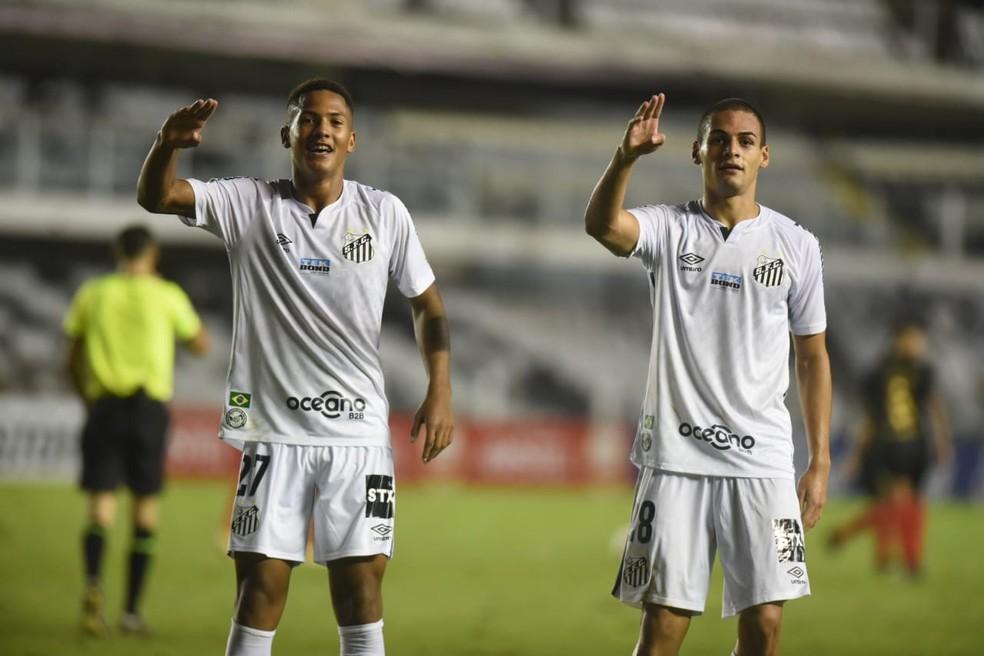 Ângelo e Kaiky comemoram gol do Santos na Vila — Foto: Ivan Storti/Santos FC