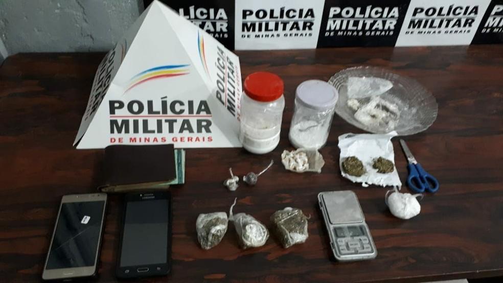-  Com os suspeitos, foram encontradas porções de maconha, crack e cocaína  Foto: Divulgação/Polícia Militar