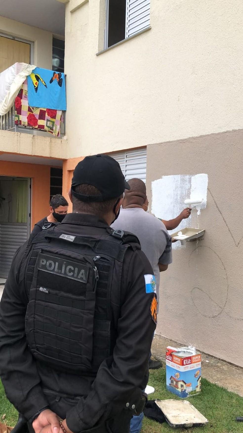 Pichações que faziam apologia a facção criminosa foram pintadas — Foto: Divulgação/Polícia Militar
