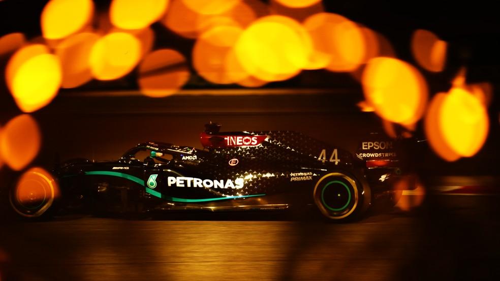 Lewis Hamilton acelera Mercedes durante a classificação no Barein — Foto: Getty Images