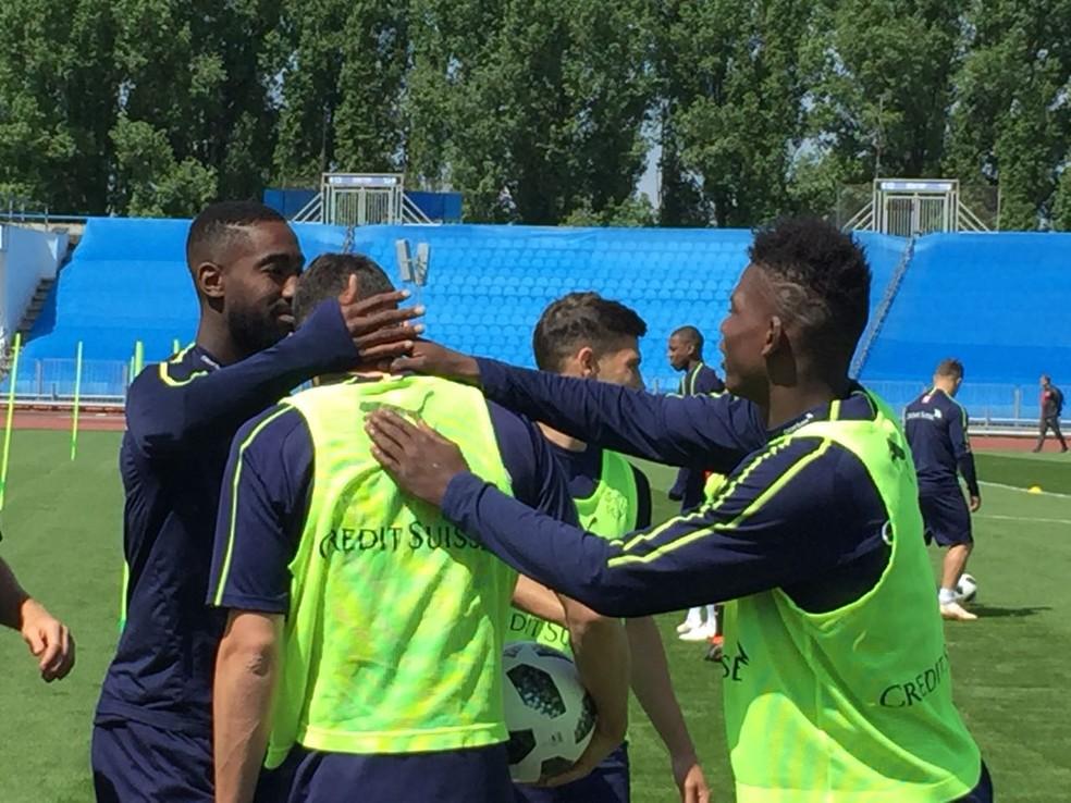 Descontração entre os jogadores durante o treino (Foto: Bruno Diniz)