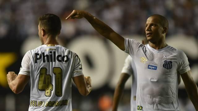 Jean Mota e Carlos Sánchez comemoram gol do Santos