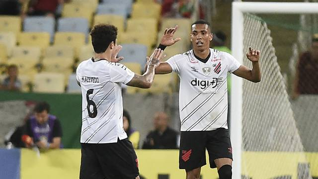 Madson, do Athletico-PR, comemora um dos gols marcados no Fluminense