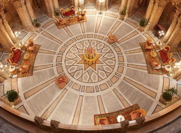 Hall de entrada do Taj Umaid Bhawan ocupam mais de 60 mil metros quadrados (Foto: Taj Hotels/ Reprodução)