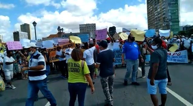 Barraqueiros e ambulantes protestam para pedir volta do comércio de praia no Grande Recife