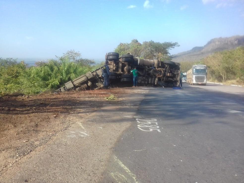 Carreta tombou e parte da carroceria caiu em barranco (Foto: Cristiano Gomes/ TVCA)