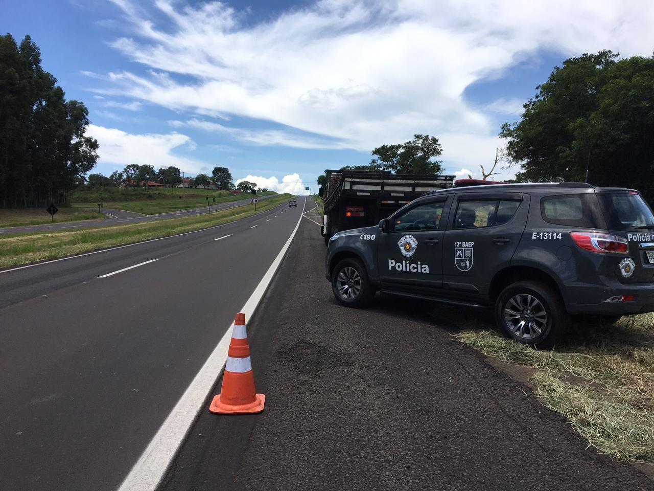 Homem é preso dirigindo caminhão roubado em alta velocidade em rodovia de Bauru