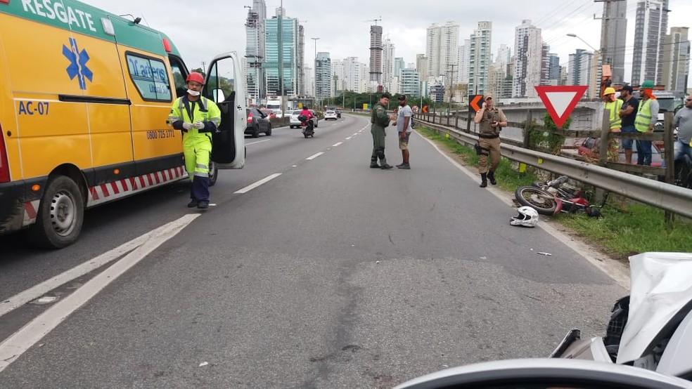 Acidente entre moto e carro da PM deixou dois feridos e gerou filas na BR-101 no Litoral Norte de SC — Foto: PRF/Divulgação