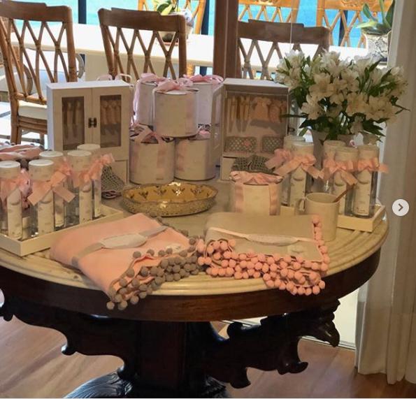 Mesa decorada com as lembrancinhas (Foto: Reprodução Instagram)