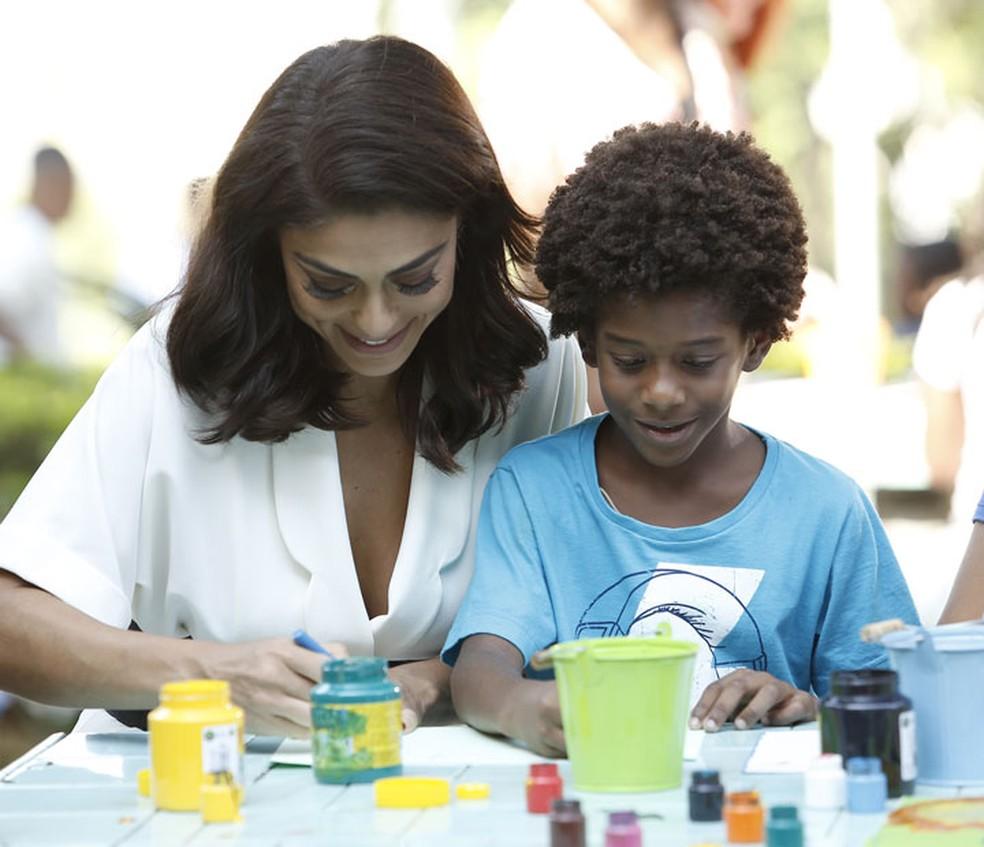 Carolina brinca com Gabriel no orfanato — Foto: Raphael Dias/Gshow