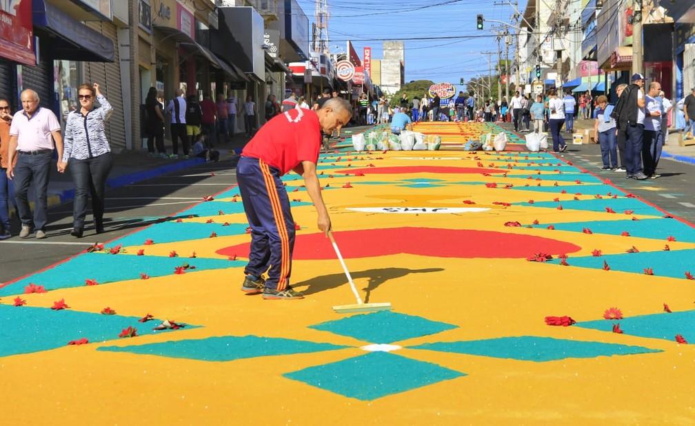 Pessoas participam da montagem dos tapetes de Corpus Christi em Matão (SP) (Foto: Fabio Rodrigues/G1)