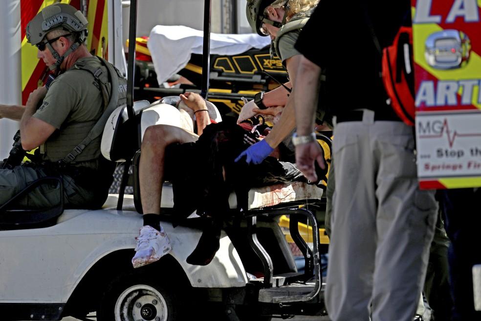 Autoridades resgatam vítima de tiroteio na escola Marjory Stoneman Douglas High School, em Parkland, na Flórida (Foto: John McCall/South Florida Sun-Sentinel via AP)
