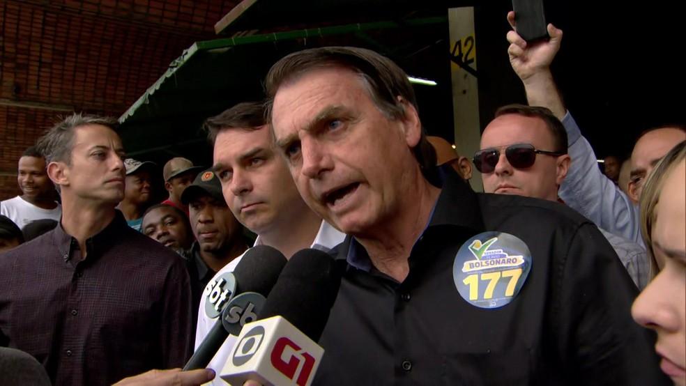 Jair Bolsonaro dá entrevista após ato de campanha na Ceasa, Zona Norte do Rio de Janeiro — Foto: Reprodução/TV Globo