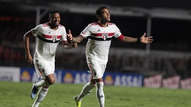 Daniel Alves e Reinaldo comemoram pelo São Paulo