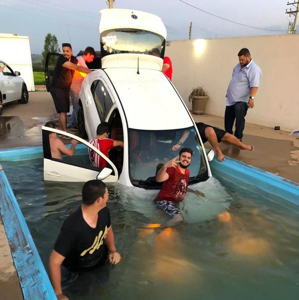 Carro cai em piscina durante churrasco em Garça, e vídeo do 'resgate' viraliza na web — Foto: Arquivo Pessoal
