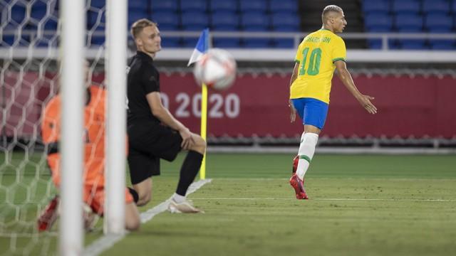 Richarlison comemora o primeiro gol pela seleção brasileira olímpica