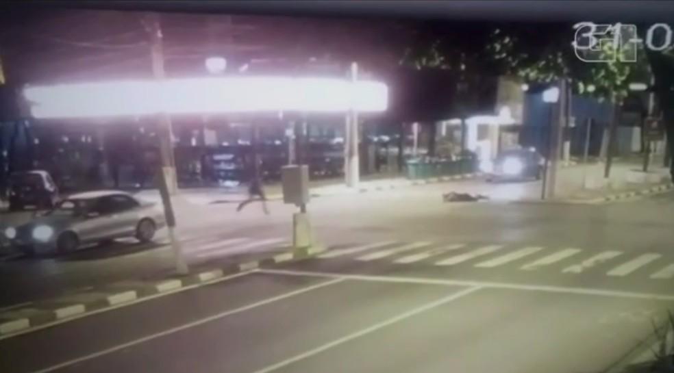 Em seguida, o passageiro desce do carro e corre em direção ao atropelado (Foto: Reprodução)