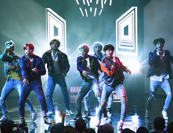 Os integrantes do BTS, o primeiro grupo de K-pop a liderar a parada mundial de álbuns da Billboard (Foto: KEVIN WINTER/GETTY IMAGES)