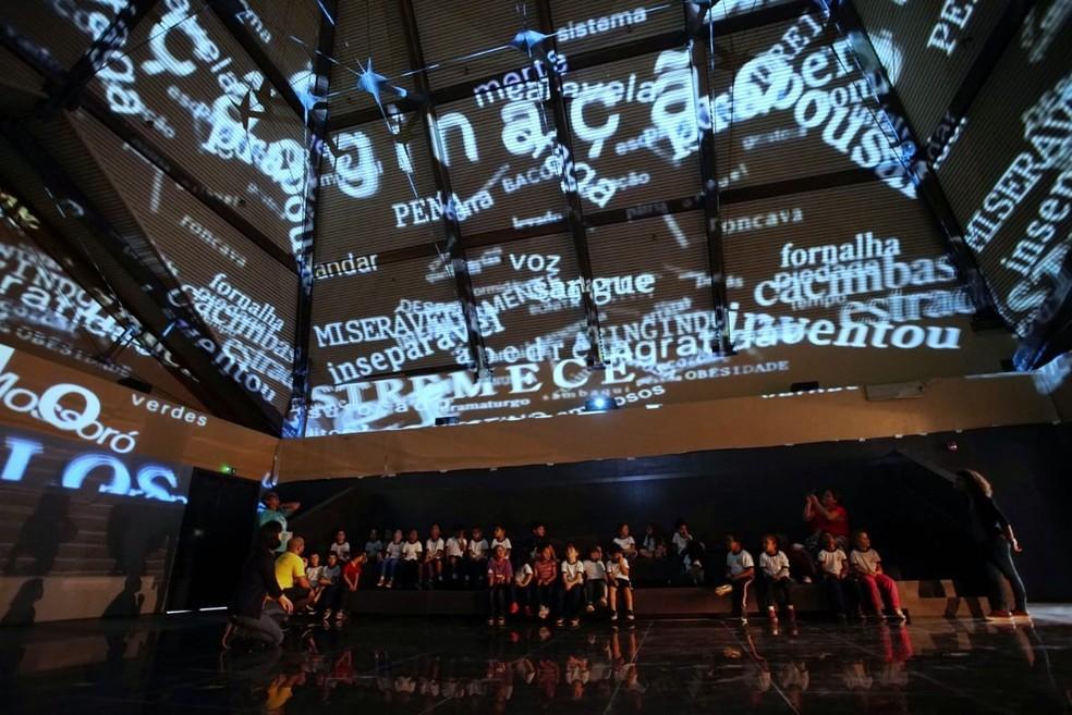 Experiência no Museu da Língua Portuguesa, que tem visitação aberta para alunos de escolas — Foto: Marcelo Brandt/G1