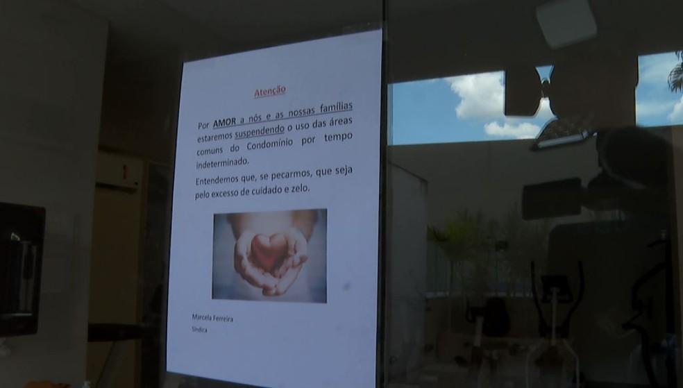 Mensagem anuncia fechamento temporário da academia de condomínio na zona sul de Ribeirão Preto em função do novo coronavírus — Foto: Reprodução/EPTV