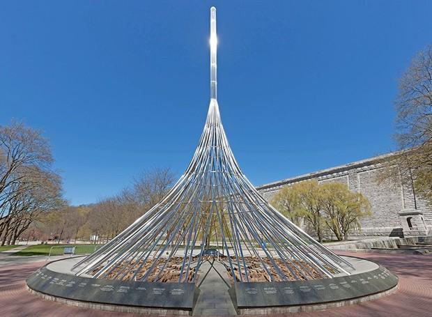 O The Rising é um memorial que homenageia as vítimas de Westchester, no estado de Nova Iorque (Foto: Alamy/ Reprodução)