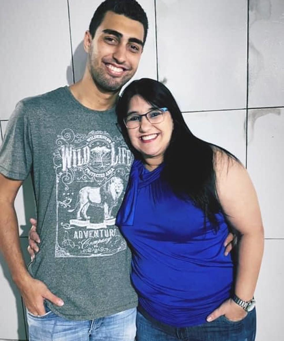 Na foto, Bruno e a mãe. Ele é suspeito de matá-la e procurado pela Polícia Civil — Foto: Arquivo pessoal