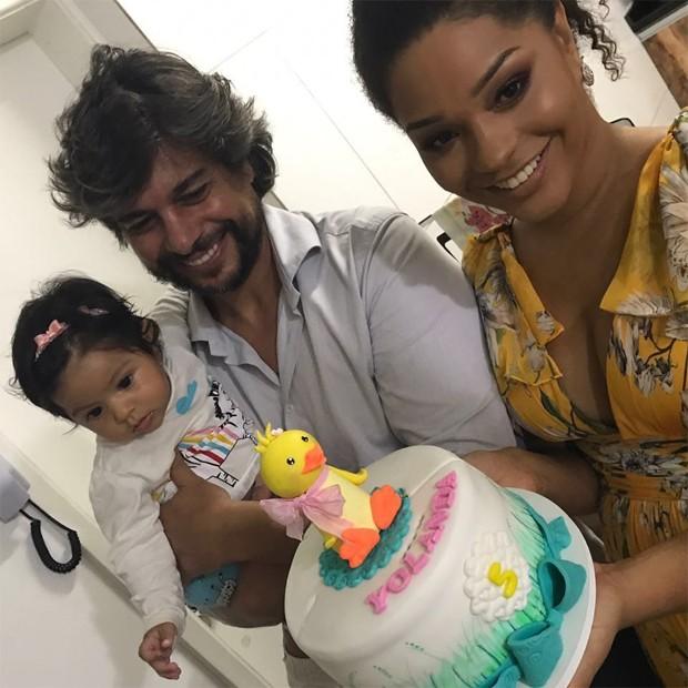 Juliana Alves, o marido Ernani Nunes e a filha, Yolanda (Foto: Reprodução / Instagram)