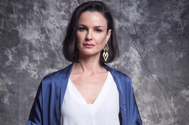 Agnes (Carolina Kasting) é mãe de Kyra. Viúva e herdeira de uma tradicional família, ela não consegue se conformar ao achar que a filha está morta (Foto: TV Globo)