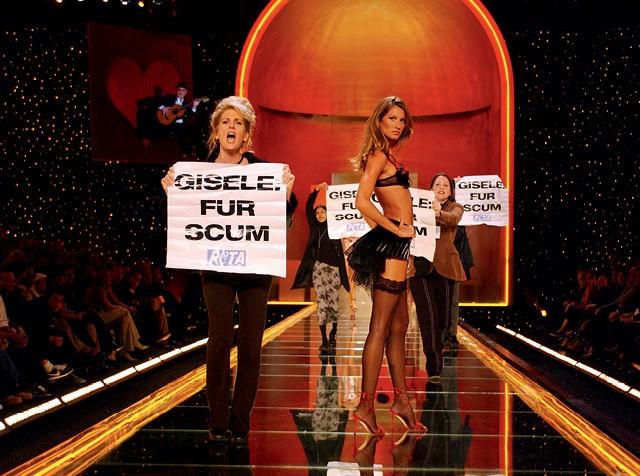 O ataque a Gisele Bündchen durante desfile da Victoria's Secret. Um marco importante na história da moda. Ilustram os esforços da indústria para passar da velha à nova economia. Uma revolução que está apenas no começo (Foto:  Frank Micelotta/ImageDirect)