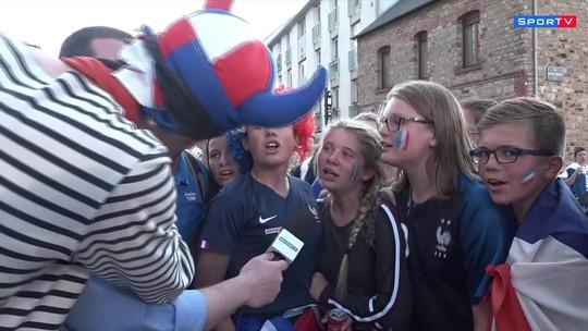 Repórter do SporTV é enfeitado por torcedores franceses antes do jogo contra a Nigéria