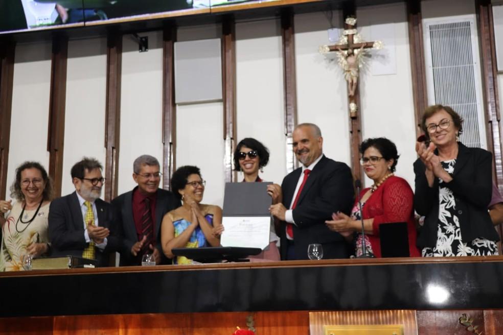 Apresentadora e culinarista Bela Gil recebe Comenda 2 de Julho na Assembleia Legislativa da Bahia — Foto: Divulgação