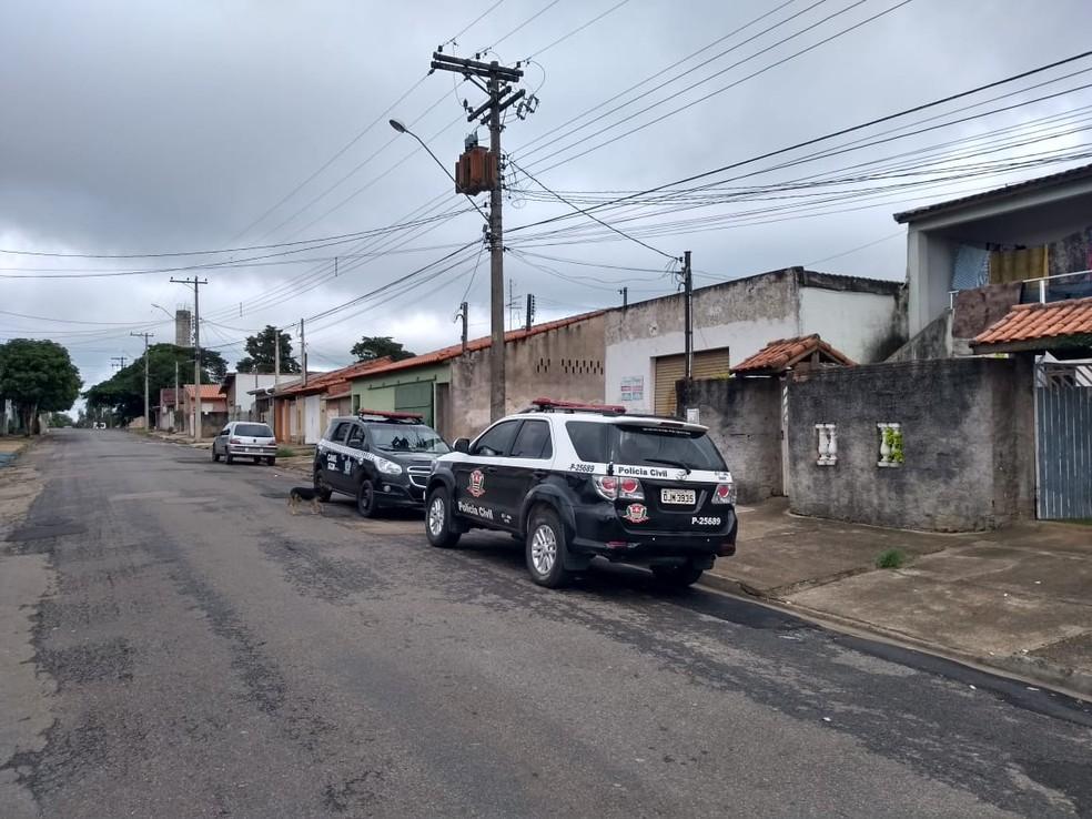 Polícia Civil cumprindo mandado de busca domiciliar no interior de SP — Foto: Polícia Civil/Divulgação