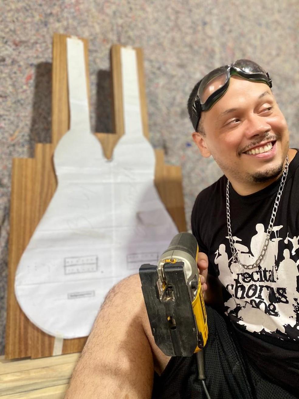 Billy Espíndola criou a 'guitarra de cocho' — Foto: Divulgação