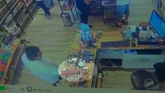 Câmera flagra furto de celular em comércio de Jaguariúna; vídeo